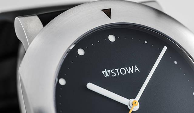 1時から12時に向かって少しずつ大きくなり、時間の経過を表現するインデックスはダイヤルのドット部分をレーザーで抜いている