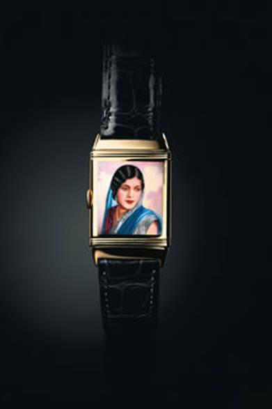 1931年の誕生以来、レベルソの裏ダイヤルには、エングレービングやエナメル画をほどこした特別注文の時計が作られてきた。マハラニであろう美しいインドの女性が描かれている