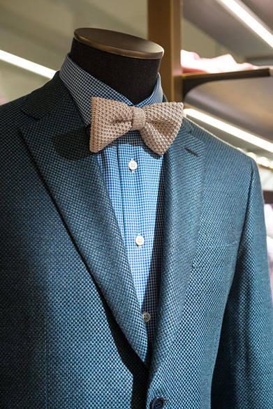 <strong>BRIONI|ブリオーニ</strong><br><br>イメージは、夏のガーデンパーティ。鮮やかなグリーンのジャケットに、ニットのボウタイを合わせて、爽やかな季節感を満喫。ジャケットは凹凸感のある素材にシルクをブレンド。太陽の光を浴びることでより光沢を増す仕上げに。チェックオンチェックの着こなしには、人気のストレッチ素材のホワイトデニムをチョイス。ジャケット51万8400円、シャツ4万9680円、パンツ7万5600円、ボウタイ1万9440円