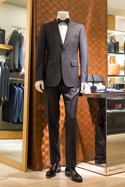 <strong>DUNHILL|ダンヒル</strong><br><br />スーツ42万8760円、シャツ5万7240円、ボウタイ1万9440円、シューズ 参考商品