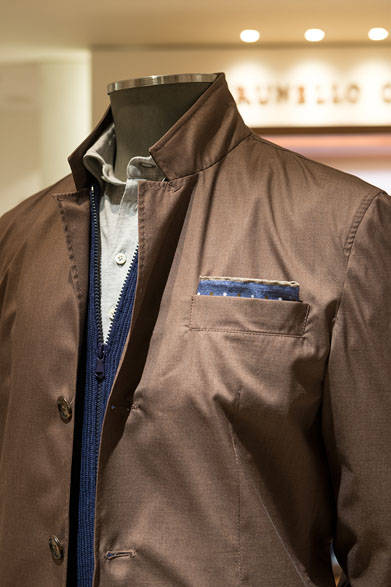 <strong>BRUNELLO CUCINELLI|ブルネロ クチネリ</strong><br><br>着こなしテーマはリラクシング。ペーパータッチのジャケットは、ウール・シルクに強く撚りをかけた撥水仕様。春先の暖かい日には手に持っても軽く、シワになりにくいので、いろいろなシーンで活躍する。ジップアップカーディガンは限定カラー。ポロシャツのライトグレーは、オンリー・エムアイ(新宿店・銀座店)限定。ジャケット28万6200円、ニット14万4720円、ポロシャツ6万4800円、パンツ9万9360円
