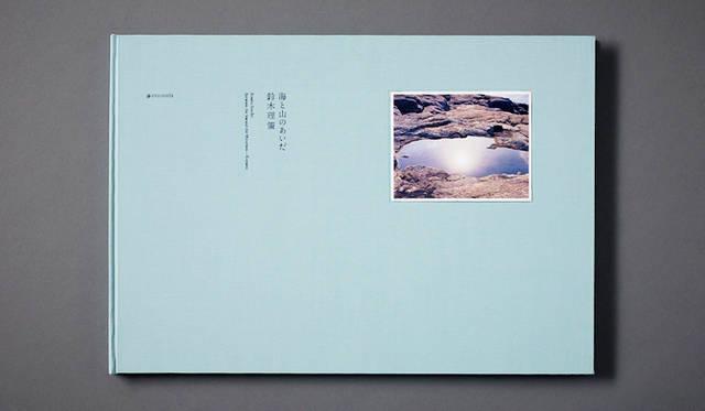 <br /> <strong>『海と山のあいだ スペシャルエディション』</strong><br /> 『鈴木理策写真展 意識の流れ』の開催を記念して発売された、未発表の新作を含め鈴木理策さんがライフワークとして8×10の大型カメラでとらえてきた故郷・熊野の現影が収められた大判写真集に加え、本人による8×10インチの手焼きのプリント1点(イメージ3点より1点選択可能)、直筆サインとシリアルナンバー入り。100部限定(8万6400円)。  ギャラリー小柳/Tel. 03-3561-1896