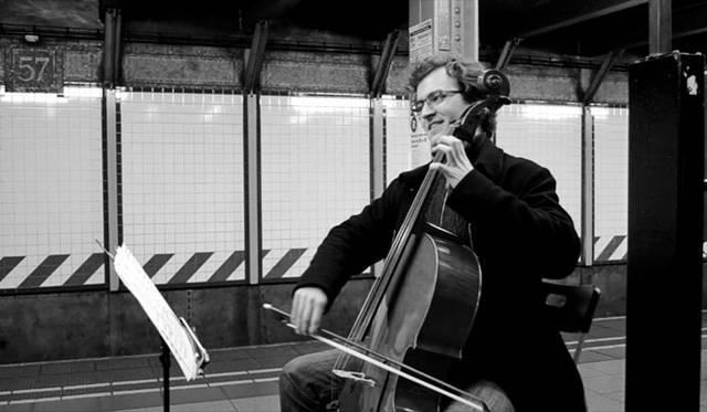 街角で、地下鉄で、さまざまな演奏家がバッハを演奏する