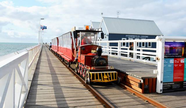 <br /> バッセルトン名物が驚くほど長いジェッティ(埠頭)。こんな観光電車も運航