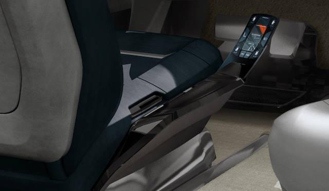 すべての機能は、このスフィアに刺したLGエレクトロニック製スマートフォン「G-Flex」を経由しておこなう