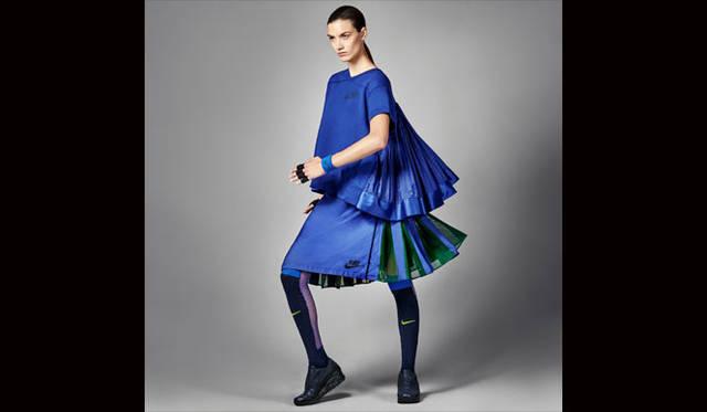 <strong>NikeLab|ナイキラボ</strong><br />「NikeLab × sacai コレクション」<br />NikeLab × sacai Tech Fleece Crew / Sport Skirt(ソックスは参考商品)