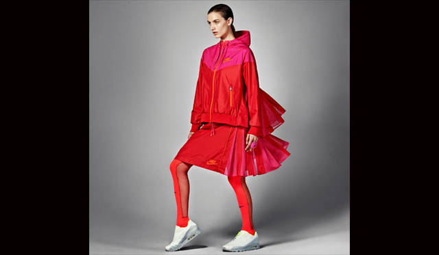<strong>NikeLab|ナイキラボ</strong><br />「NikeLab × sacai コレクション」<br />NikeLab × Sacai Windrunner and Sport Skirt(ソックスは参考商品)