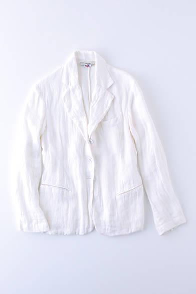 """北アイルランドの老舗「ジョン イングランド」のリネンを使用したジャケット。テーラードの素晴らしさと素材感のよさが相まって、どんなスタイルにも幅広く使える一着に。ジャケット8万8000円(コレニモ) ※税抜価格 <br /><br /><a href=""""/article/925192"""" class=""""link_underline"""">自分らしさを表現する春の装い 記事へ</a>"""