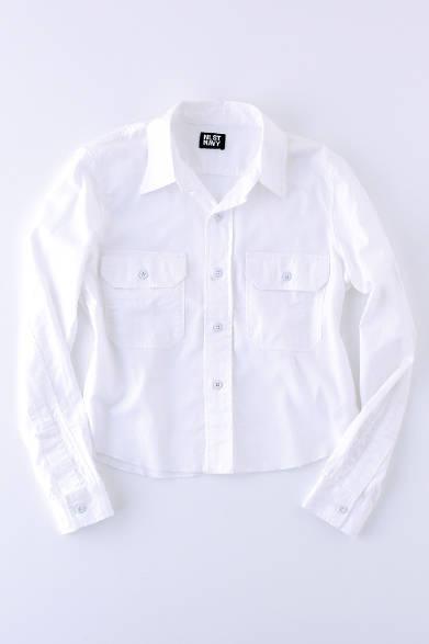 """上質なコットンを使用したかっちりとしたフォルムのシャツ。ショート丈なので女性らしく着こなせ、デニムを取り入れたカジュアルなスタイルとも相性がよい。シャツ3万3000円(エヌリスト)  ※税抜価格  <br /><br /><a href=""""/article/939788"""" class=""""link_underline"""">ファッションアドバイザーが語る「エヌリスト」</br>記事へ</a>"""