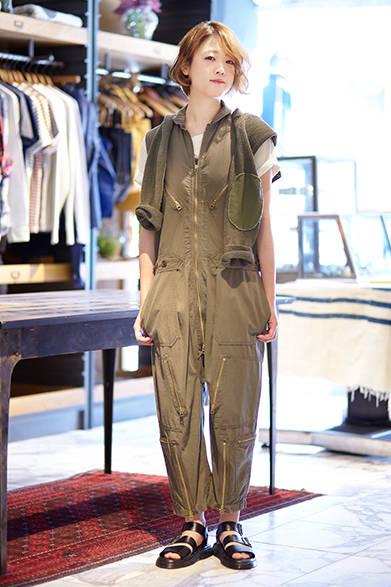 """ウィメンズのアイテムを着こなしてくれた、ファッションアドバイザーの加藤春佳さん。オーバーオールのジャンプスーツをモチーフに、ファスナーやポケットでアクセントをつけた存在感のある一枚。異素材とのコントラストがアクセントになっているエルボーパッチ付きのニットを、アクセントとして合わせた。ジャンプスーツ6万2000円、肩にかけたセーター3万3000円(ともにエヌリスト) ※税抜価格<br /><br /><a href=""""/article/939788"""" class=""""link_underline"""">ファッションアドバイザーが語る「エヌリスト」</br>記事へ</a>"""