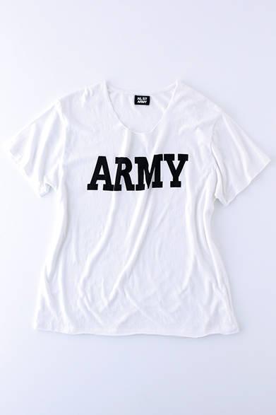 """襟ぐりが広めに開き、袖や裾が切りっぱなしになっているビッグシルエットのTシャツ。やわらかいタッチのコットンを使用しており、肌触りもよい。Tシャツ2万2000円(エヌリスト)  ※税抜価格  <br /><br /><a href=""""/article/939788"""" class=""""link_underline"""">ファッションアドバイザーが語る「エヌリスト」</br>記事へ</a>"""