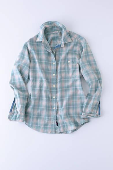 """やわらかいブルーグリーンの色味が女性らしい、デイリーウェアとして活用したいインディゴ染めのシャツ。ウェストが絞られており、美しいラインを実現するパターンワークが特徴だ。シャツ 4万8000円(ファレティ ブランド)※税抜価格  <br /><br /><a href=""""/article/943414"""" class=""""link_underline"""">今年らしさを感じるサーフ&スポーツブランド</br>記事へ</a>"""