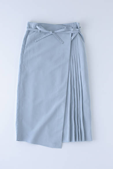 """ロング丈のマキシスカート。プリーツ使いと、爽快な印象と上品なスカイブルーの発色がファッション好きの心をくすぐる。コットンリネンならではの涼しげな風合いも魅力。コットンリネン マキシスカート 7万8000円(サヤカ デイヴィス)※税抜価格<br /><br /><a href=""""/article/954877"""" class=""""link_underline"""">""""品よくリラックス""""を叶えるアイテム群</br>記事へ</a>"""