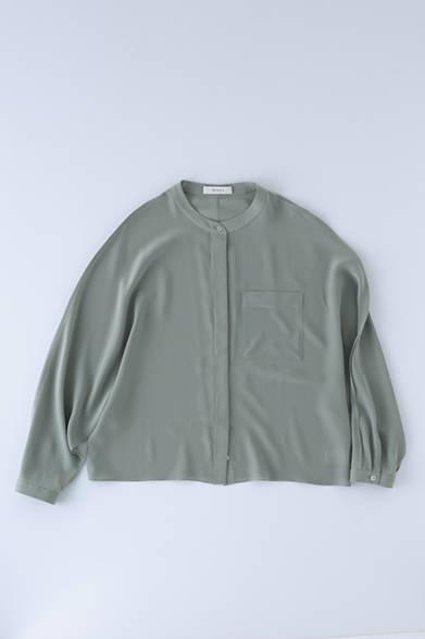 """袖口にプリーツの入った、女性らしいシルエットのシルク100パーセントのシャツ。比翼仕立てになっているため、上品に着こなせる。シェルボタンを採用するなど細部まで上質な仕様。シルクトップス 4万5000円(アーロン)※税抜価格<br /><br /><a href=""""/article/954877"""" class=""""link_underline"""">""""品よくリラックス""""を叶えるアイテム群</br>記事へ</a>"""