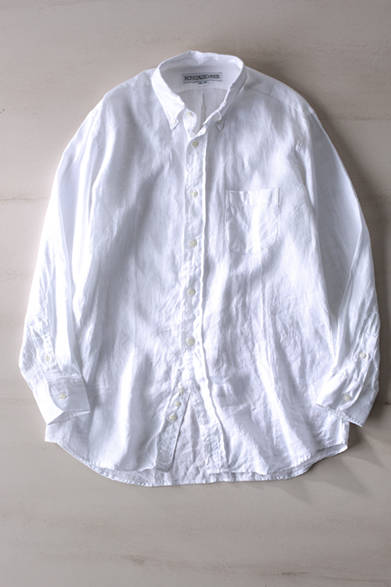 """ナチュラルなドレープにより、さわやかな雰囲気が生まれるビッグシルエットのシャツ。上質なリネンの触感も魅力だ。シャツ 2万4000円(インディビジュアライズド シャツ)※税抜価格<br /><br /><a href=""""/article/1014762 """" class=""""link_underline"""">アクティビティを向上させるユーティリティ</br>記事へ</a>"""