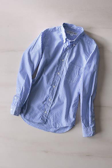 """上品で清楚なイメージを感じる、ストライプ柄のシャツ。美しいフォルムと定番的なデザインは、合わせるボトムスを選ばない。シャツ 2万4000円(インディビジュアライズド シャツ)※税抜価格<br /><br /><a href=""""/article/1014762 """" class=""""link_underline"""">アクティビティを向上させるユーティリティ</br>記事へ</a>"""