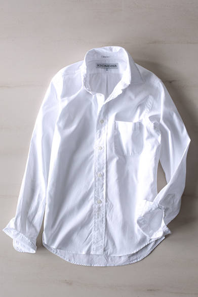"""スリムフィットですっきりときこなせる定番のボタンダウンのシャツ。あらゆるスタイルに合わせやすい実用的な一枚。シャツ 2万2000円(インディビジュアライズド シャツ)※税抜価格<br /><br /><a href=""""/article/1014762 """" class=""""link_underline"""">アクティビティを向上させるユーティリティ</br>記事へ</a>"""