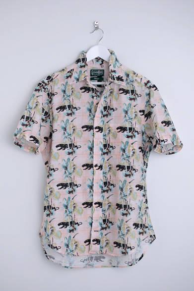 """花柄とブラックパンサーを組み合わせたユニークなデザインのシャツ。セミオーダーだからできる、遊び心のある一枚。シャツ2万2800円(ギットマン ヴィンテージ)※税抜価格  <br /><br /><a href=""""/article/925192"""" class=""""link_underline"""">自分らしさを表現する春の装い 記事へ</a>"""