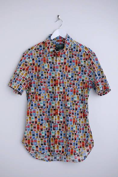 """さまざまなテニスボール缶が並べられた、ポップアートのようなデザイン。着るだけでハッピーな気分になりそうだ。シャツ2万6800円(ギットマン ヴィンテージ)※税抜価格  <br /><br /><a href=""""/article/925192"""" class=""""link_underline"""">自分らしさを表現する春の装い 記事へ</a>"""