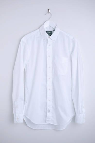 """ギットマンブラザーズの象徴ともいえる、白いオックスフォード生地を使用したボタンダウンシャツ。半袖タイプのものもセミオーダー可能。シャツ(ギットマン ヴィンテージ)1万9800円 ※税抜価格  <br /><br /><a href=""""/article/925192"""" class=""""link_underline"""">自分らしさを表現する春の装い 記事へ</a>"""