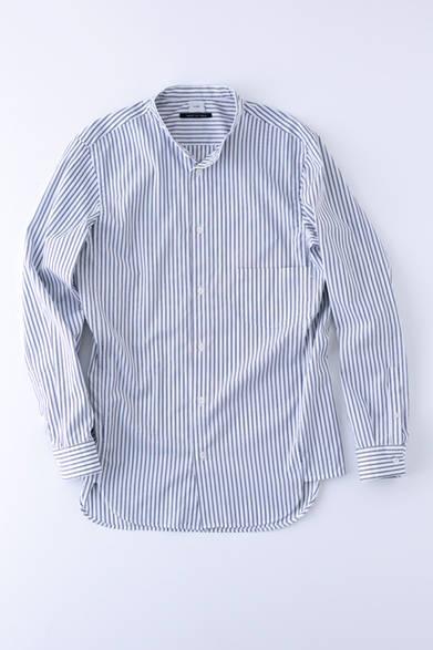 """枠のガゼットが広くとられており、立体感のある独特なシルエットが楽しめるシャツ。上品なネイビーとブルーのストライプは、さまざまなスタイルに対応する。シャツ 2万8000円(コベルト)※税抜価格  <br /><br /><a href=""""/article/925192"""" class=""""link_underline"""">自分らしさを表現する春の装い 記事へ</a>"""