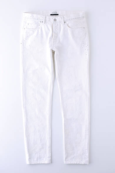 """90年代を彷彿させるデザインが新鮮。白のペンキ加工がまだらにほどこされ、ポケット周辺にはブルーグレーのドットが飛び散っている。ホワイトデニム3万円(コベルト)※税抜価格  <br /><br /><a href=""""/article/925192"""" class=""""link_underline"""">自分らしさを表現する春の装い 記事へ</a>"""