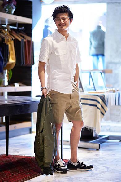 """ユーティリティシャツのように胸もとへ大きなポケットをふたつ配したコットンのシャツに、股上が深く、テーパードシルエットになっているショーツの組み合わせ。生地感とすっきりとしたシルエットを活かした、春夏の着こなし。シャツ3万円、ショーツ3万円(ともにエヌリスト)  ※税抜価格  <br /><br /><a href=""""/article/939788"""" class=""""link_underline"""">ファッションアドバイザーが語る「エヌリスト」</br>記事へ</a>"""