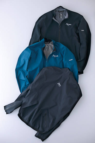 """高い防水性、耐久性、透湿性を備え、GORE-TEX® アクティブを採用した「Re:Gen ジャケット」。悪天候でも安心の一枚は、軽量でストレスも少ない。また「レジスタンス ジャケット」は、軽量で防風・耐水性の高いWINDSTOPPER® アクティブを採用。コンパクトになるので旅にも最適。「リーコン ジャケット」は、防風・耐水機能をもつWINDSTOPPER® を採用した、寒冷期に最適なソフトシェル。ストレッチ性も高く動きやすい。写真上から、「Re:Gen ジャケット」4万6000円、「レジスタンス ジャケット」3万6500円、「リーコン ジャケット」4万1000円(セブンメッシュ) ※税抜価格  <br /><br /><a href=""""/article/943414"""" class=""""link_underline"""">今年らしさを感じるサーフ&スポーツブランド</br>記事へ</a>"""