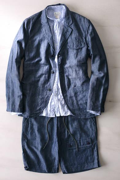 """立ちポケットやフラップ付きの胸ポケットなど、アメリカンカジュアルのワークアイテムのディテールをほどこしたジャケットは、気軽に羽織れるアンコンストラクテッドのデザイン。ガーゼのようにやわらかいバンドカラーのシャツを合わせて。ジャケットと共布のショーツは、3本ステッチやトラ紐使いなど無骨な表情がポイント。ジャケット4万8000円、シャツ2万5800円、ショーツ2万3800円(すべてオーガスト フィフティーンス)※すべて税抜価格  <br /><br /><a href=""""/article/1014744"""" class=""""link_underline"""">素材感で変化をつける真夏の着こなし</br>記事へ</a>"""