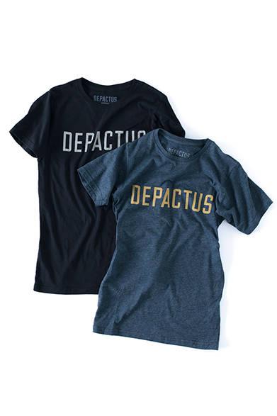 """胸もとにロゴを大きく配したTシャツ。オーガニックコットンとリサイクルポリエステルを50/50の混率で使用した、環境に優しい素材が使用されている。Tシャツ各4200円(ディパクタス)※すべて税抜価格<br /><br /><a href=""""/article/1227590"""" class=""""link_underline"""">豊かなライフスタイルへのトータルプラン</br>記事へ</a>"""