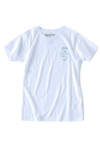 """薄手でサラッとした着心地が味わえる細身のTシャツ。素材には、肌触りのよいオーガニックコットンとリサイクルポリエステルの混紡繊維を使用。Tシャツ4200円(ディパクタス)※税抜価格<br /><br /><a href=""""/article/1227590"""" class=""""link_underline"""">豊かなライフスタイルへのトータルプラン</br>記事へ</a>"""