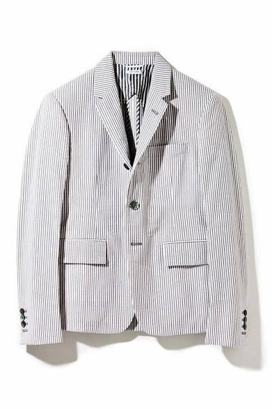 <strong>THOM BROWNE.NEW YORK|トム ブラウン ニューヨーク</strong><br />コンパクトなシルエットに特徴のある「トム ブラウン ニューヨーク」のジャケット。夏の定番であるシアサッカーを使った一着。エストネーション大阪店限定。16万5240円