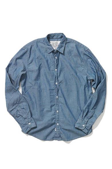 <strong>Frank & Eileen|フランク&アイリーン</strong><br />1947年創業のアメリカのシャツメーカー「フランク&アイリーン」。写真のシャンブレーシャツは、ややゆったりとしたクラシックなフォルムを描く。エストネーション別注・大阪店先行発売。3万240円