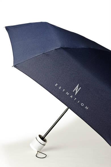<strong>ESTNATION|エストネーション</strong><br />3月30日(月)の正午まで特設サイトで受付を行っている、エストネーションメンバーズカードに事前入会し、4月2日(木)以降に大阪店でカードを受け取るとプレゼントされる折りたたみ傘(先着300名限定)。このほか、商品購入時に使える1000ポイントの特典も。