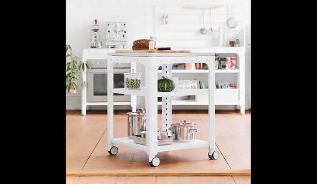 <strong>LIVING MOTIF|リビング・モティーフ</strong><br />「n by Naber」基本フレームをベースに、好みやライフスタイルに応じて自由に組立てられる革新的なキッチン。ワーキングテーブル34万5600円
