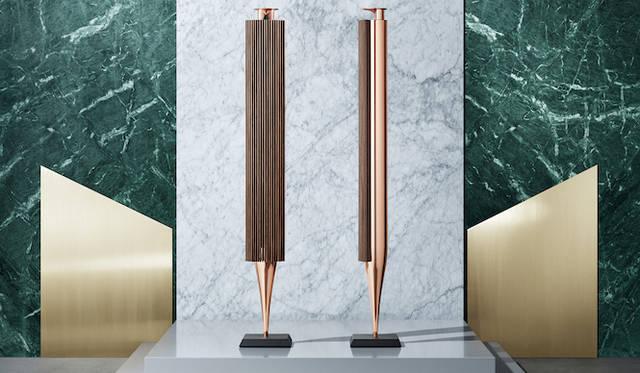 <strong>Bang & Olufsen  |バング&オルフセン Love Affair Collection BeoLab 18</strong><br />スレンダーなストレートラインのスピーカー。抜群のワイヤレス性能で、妥協のない音響を制限なく楽しむことができる。その佇まいは彫刻のよう。107万円(税抜)