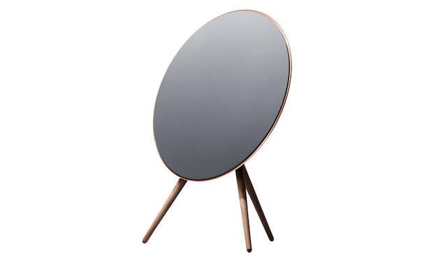 <strong>Bang & Olufsen|バング&オルフセン  Love Affair Collection BeoPlay A9</strong><br />優雅な雰囲気を携え、家具のように美しく設計されたワイヤレススピーカー。ワンタッチで再生できることから、魔法のような操作感を味わえる。大音量で美しいサウンドが魅力。22万円(税抜)