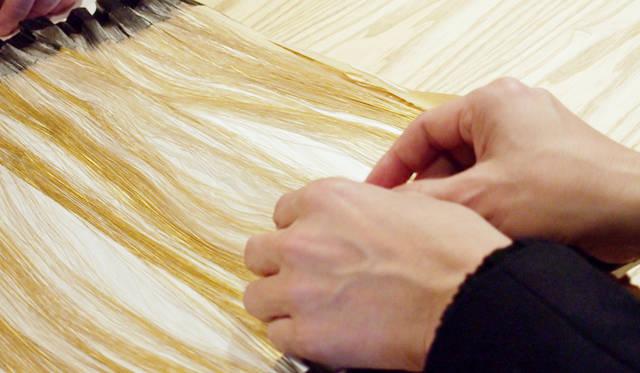 ビックリするほど極細にカットされた金箔。これが1本ずつ織り込まれていく