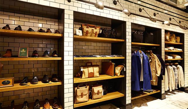 ジャーナル スタンダード 表参道 1階。奥にはオーセンティックなバッグやシューズなどの小物類が並ぶ