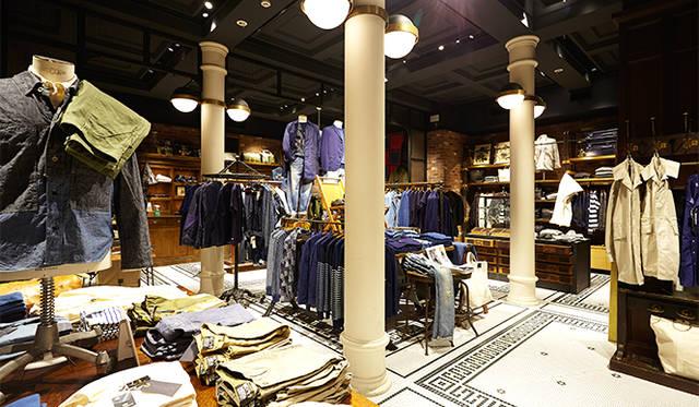 ジャーナル スタンダード 表参道 地下1階。タイル張りの床と、大きな柱が印象的なインテリア。