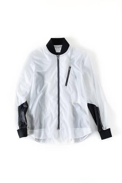 <strong>MENS|</strong>ボンバージャケットとシャツを組み合わせた、シャツ仕立ての薄手のナイロンジャケット。いつものシャツ代わりに投入すれば、たちまち今年らしいスポーツミックス・スタイルに。ブルゾン4万9680円(ディーゼル ブラック ゴールド)