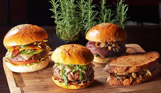 左から「メキシカンバーガー」 2052円、「ラムバーガー」 2376円、「デラックス和牛バーガー」 3456円、「パティーメルト」 2052円