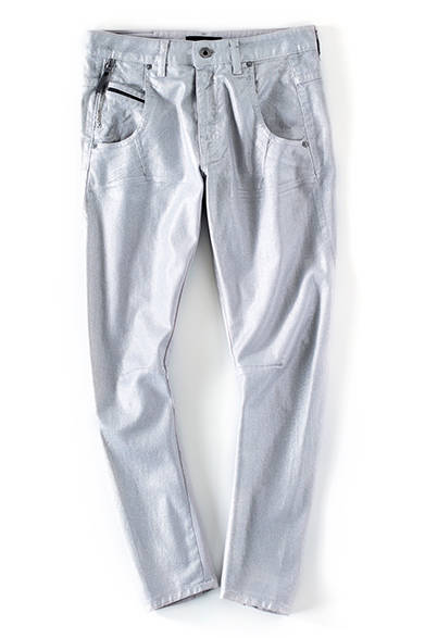 <strong>WOMENS|</strong>淡い光沢を放つ繊細なシルバーカラーのデニムは、いつものグレーデニムよりラグジュアリーで女性らしい着こなしに。薄手で柔らかく、ストレッチが効いているので履き心地もよい。デニム5万7240円(ディーゼル ブラック ゴールド)