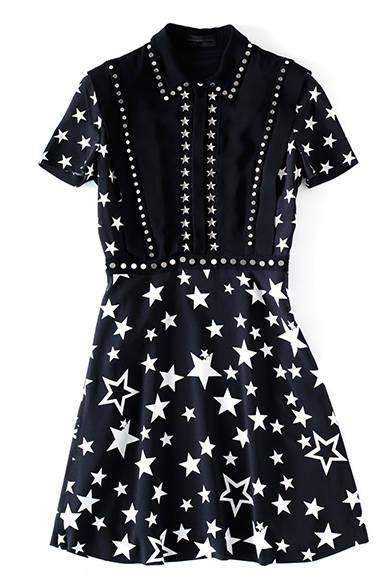 <strong>WOMENS|</strong>コレクションのキールックでもあるスタープリントのドレスは、今季テーマの「ロカビリー」からのインスピレーション。ポップな柄と、ドレープ感のきれいな女性らしいシルエットとのギャップがたまらない。ドレス22万3560円(ディーゼル ブラック ゴールド)