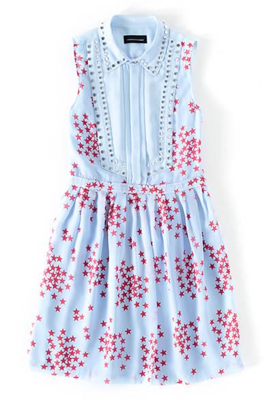 <strong>WOMENS|</strong>スタッズやスタープリントをぐっとフェミニンに仕上げたブルーのドレスはシルク100%。トップスを重ねて、襟や裾をのぞかせて着ても可愛い。ドレス8万9640円(ディーゼル ブラック ゴールド)