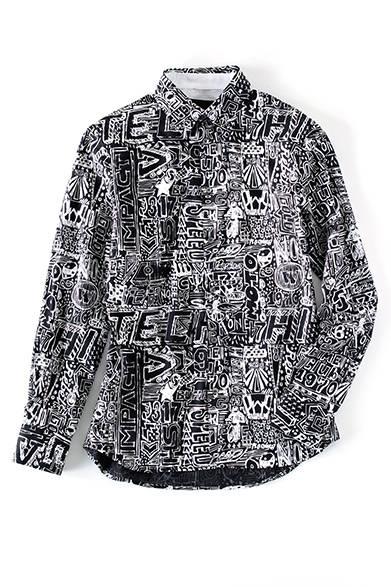 <strong>MENS|</strong>ベースはシャリ感のある薄手のコットンシャツ。ポップなグラフィックは80年代ストリートアートからのインスピレーションだ。ニットやスウェットの襟元からわずかに覗かせて、という使い方もお薦め。シャツ4万3200円(ディーゼル ブラック ゴールド)