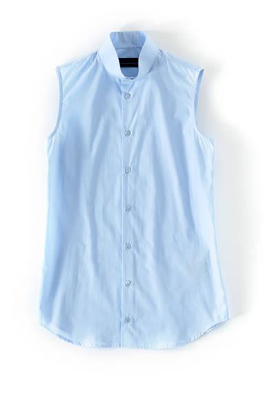 <strong>WOMENS|</strong>ノースリーブのスタンドカラーシャツは、やわらかなサックスブルーが新鮮。着丈はやや長めで、縦のラインを強調したスマートな印象に。ノースリーブシャツ2万3760円(ディーゼル ブラック ゴールド)