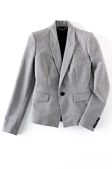 <strong>WOMENS|</strong>マイクロハウンドトゥースのテーラードジャケットは、ピークドラペルやコンケープドショルダーのデザインで今季のコレクションのムードを反映した一着。ハンサムに着こなして。テーラードジャケット8万2080円(ディーゼル ブラック ゴールド)