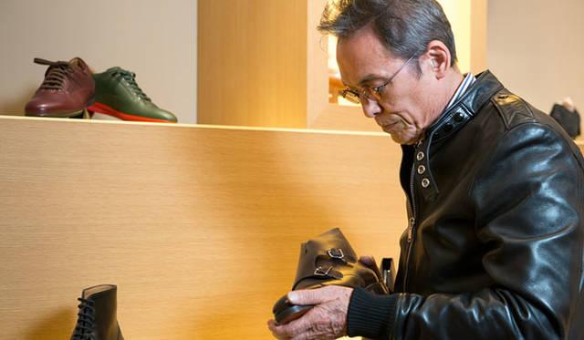 ジョンロブ丸の内店で、モデル「William II Boot(ウィリアム2ブーツ)」を手に取る写真家、操上和美氏