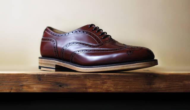日本人女性の足に合わせたオリジナルの木型を用いることで、美しいフォルムを描く。ソールは、紳士靴に使われるものより、屈曲性に優れたものを採用。